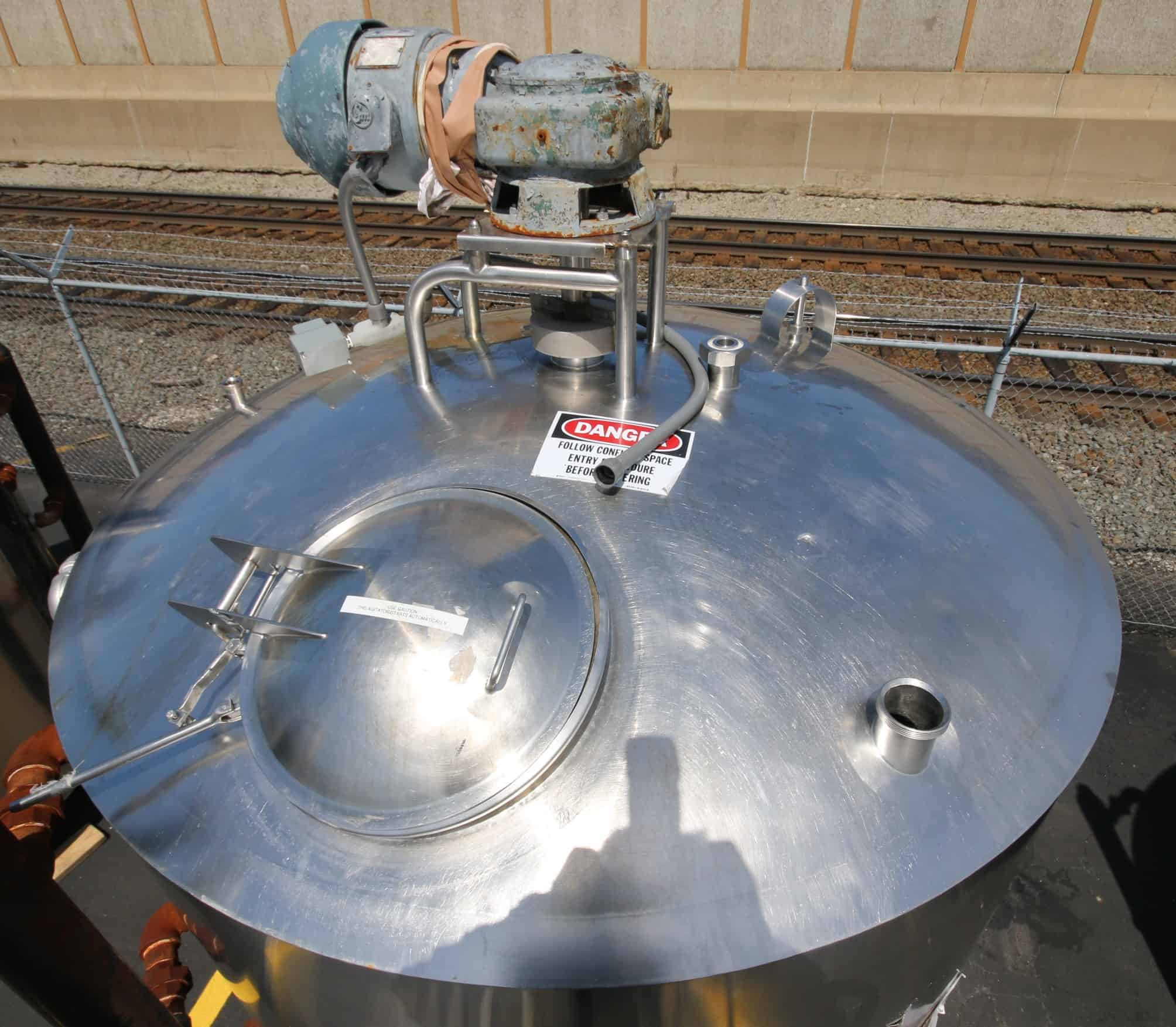 """Girton 1,500 Gal. Dome Top S/S Processor, Model PW-P-1500, S/N 69110613 with Bottom Sweep Agitator with 1.5 hp / 3/4 hp / 1220/600 RPM, Dual Sprayball, Baffle, Top Mounted Man Door, S/S Bottom, 230V 3 Phase, (Aprox. Overall Diam. 135"""" H x 88"""" W)"""
