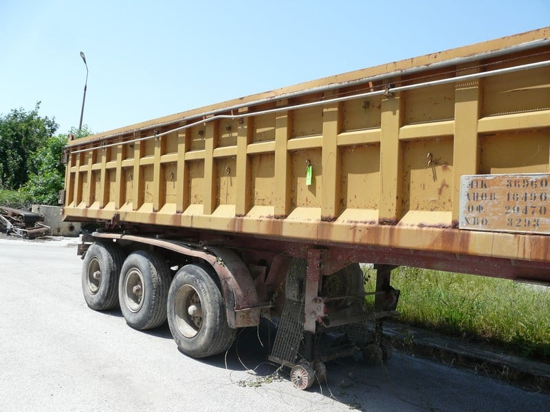 3 AXLE BACK LIFT FOR OFF LOADING GRAVEL WITH SYSTEM TO COVER BACK PART (Located in Greece - Plati Imathias) Greek Description: ΕΠΙΚΑΘΗΜΕΝΗ ΤΡΙΑΞΟΝΙΚΗ ΚΑΡΟΤΣΑ ΜΕ ΑΝΑΤΡΟΠΗ ΜΕ ΜΗΧΑΝΙΣΜΟ ΓΙΑ ΜΟΥΣΑΜΑ (Lot# 33)