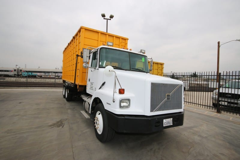 1996 Volvo White Roll-Off Truck, Vin #:  4V4JDBPF4TR850362, with Cum 94 M11-330E @ 18 Engine, with 819 Hours, 7810.2 Miles, with Roll Off Tilt Bed, Includes 40 yd. Roll Off Dumpster, with a Pallet of Parts