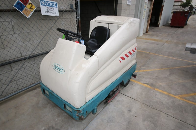 Tennant Sit-Down Floor Scrubber, M/N 7200, S/N 7200-6846, GVW 2500, 36 Volt Battery, Inlcudes 36 Charger